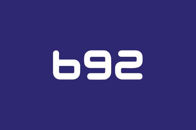 Ljubičasta pozadina sa belim slovima ispisano B92
