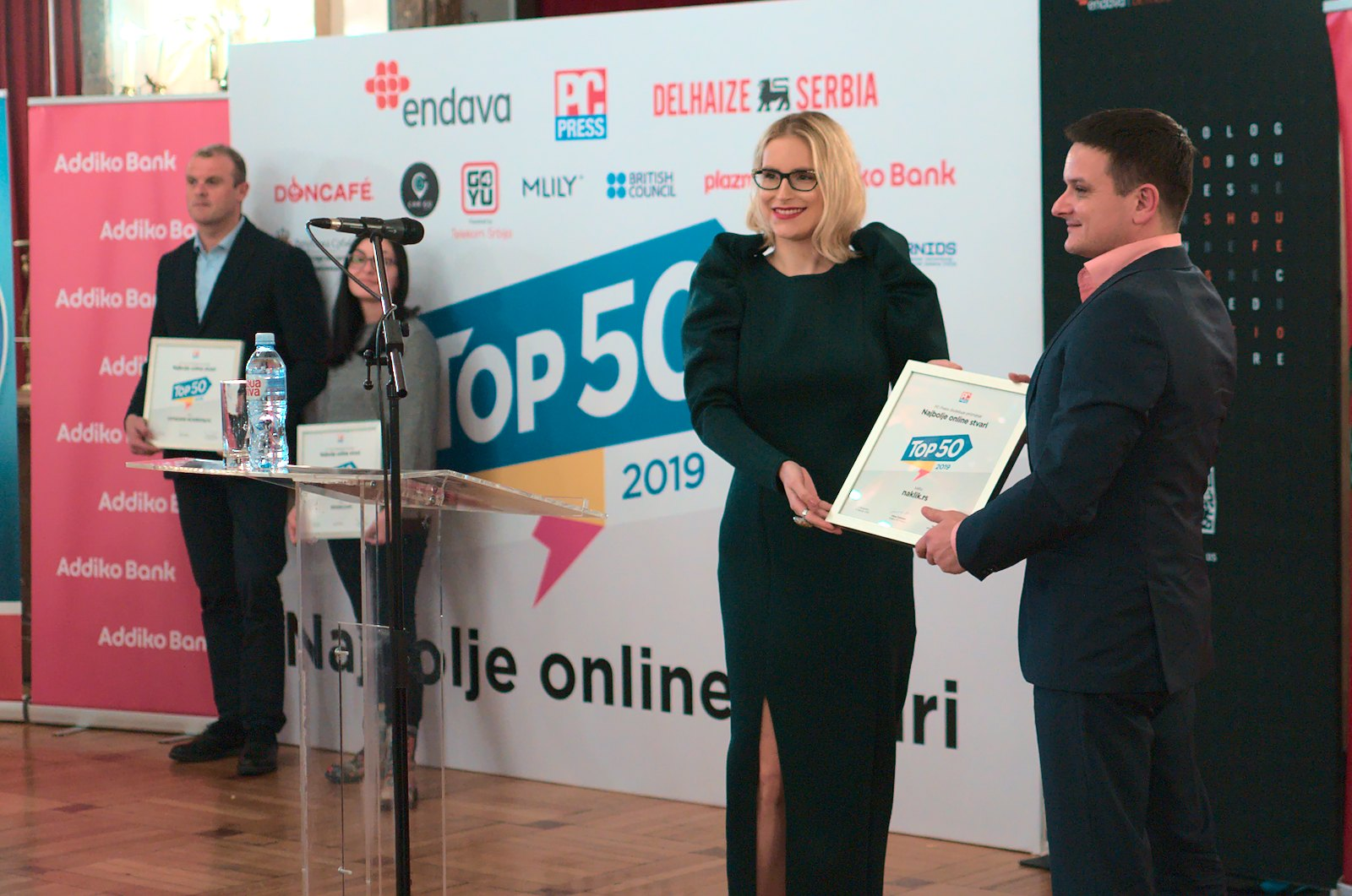 Djordje Vojimirović (desno) prima nagradu TOP 50 od Andjelke Ducić