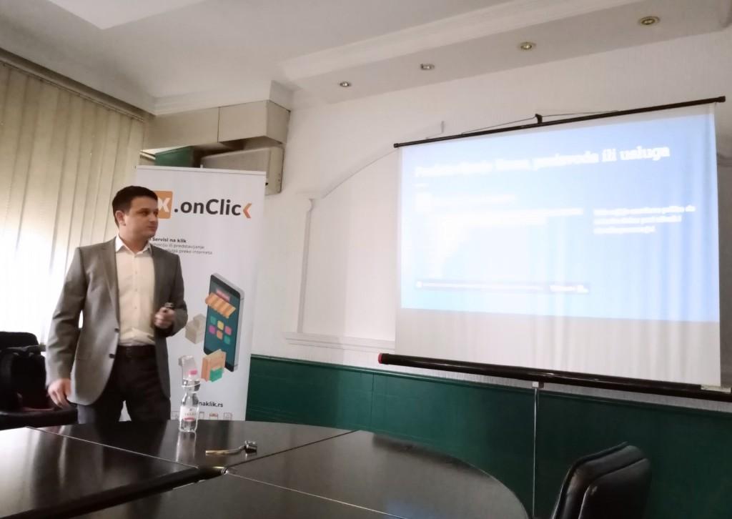 Djordje Vojimirović ispred naKlik banera drži predavanje o tome koliko je značajno imati web sajt
