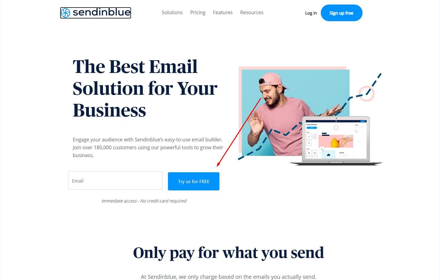 Primer web stranice Sendinblue: Dečko sa fotografije gleda u polje gde se unosi email